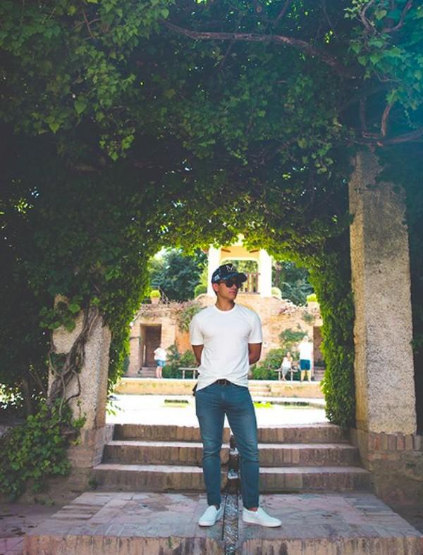 Lihat saja gayanya saat berada di Granada, Spanyol. (tmsk/Instagram)