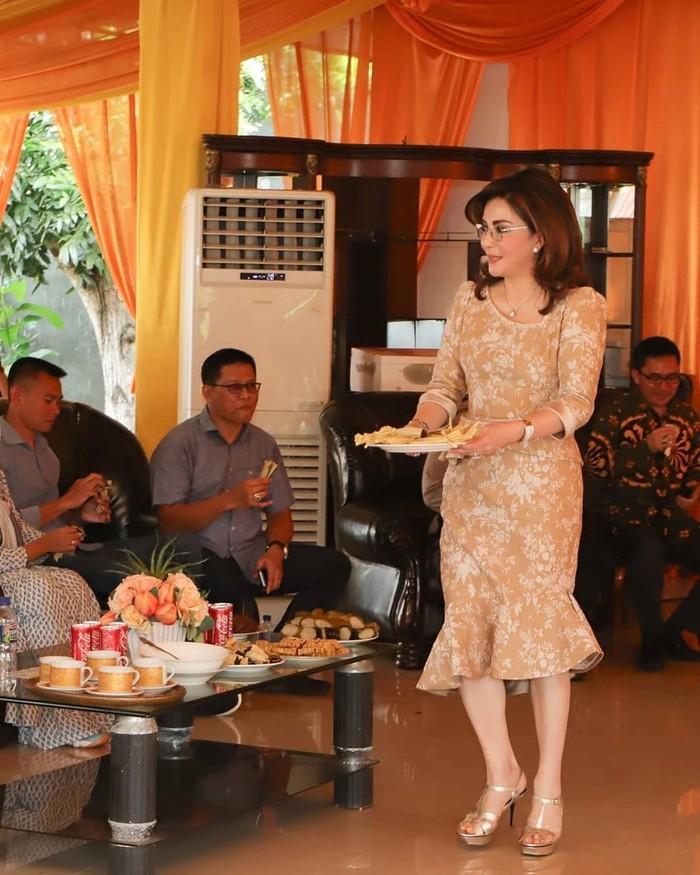 Bupati Minahasa Selatan, Christiany Eugenia Tetty Paruntu juga ke Istana. Hanya saja ia tak bertemu Jokowi dan dipastikan tidak jadi menteri. Ini cantiknya Christiany saat sajikan dodol amurang dan nasi jaha untuk tamu-tamunya. Foto: Instagram