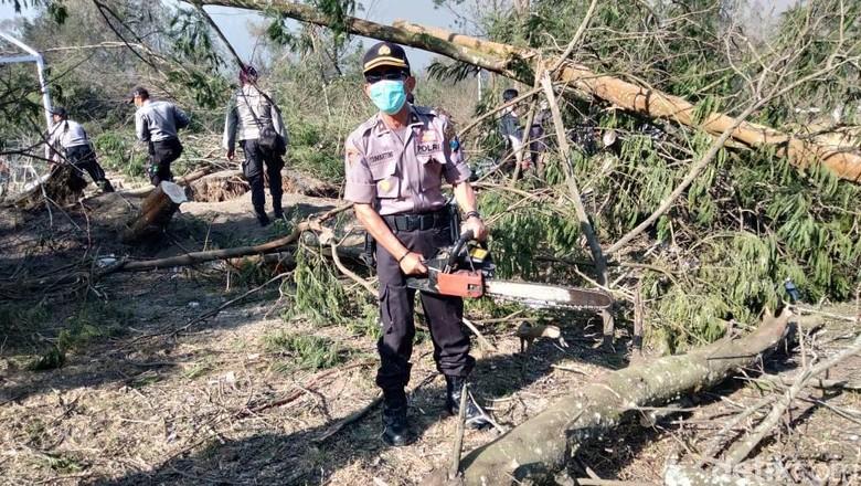 Personel TNI Polri Bersihkan TWA Kawah Ijen Usai Terbakar Hebat