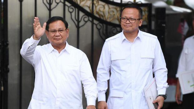 Ketua Umum Partai Gerindra Prabowo Subianto (kanan) didampingi Wakil Ketua Umum Edhy Prabowo mengangkat ibu jari seusai bertemu Presiden Joko Widodo di kompleks Istana Kepresidenan, Jakarta, Senin (21/10/2019).