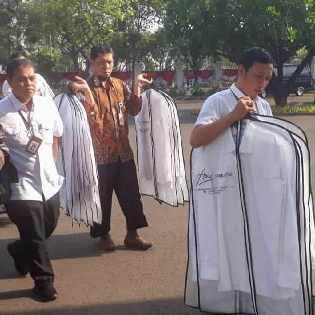 Kemeja-kemeja Putih Dibawa Masuk ke Istana, untuk Menteri Baru Jokowi?