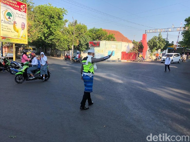 Sambut HSN, Polisi Kota Probolinggo Bertugas Pakai Atribut ala Santri