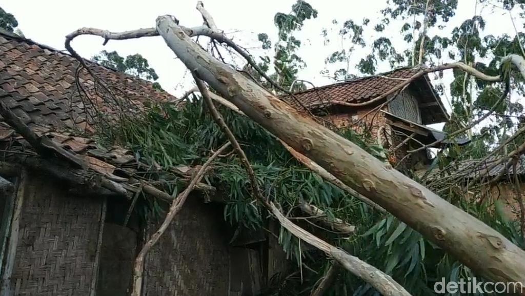 3 Rumah Ambruk Akibat Angin Kencang di Pangalengan Bandung