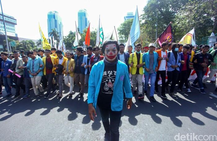 Sejumlah mahasiswa yang tergabung dalam BEM SI gelar aksi unjuk rasa di kawasan Patung Kuda, Jakarta. Sejumlah poster dan spanduk turut dibawa dalam aksi itu.