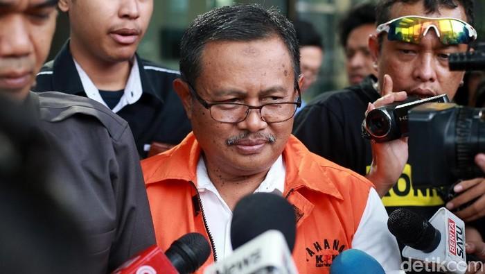 Bupati nonaktif Indramayu, Supendi jalani pemeriksaan perdana di KPK. Ia diperiksa dalam kasus suap proyek Dinas PUPR.