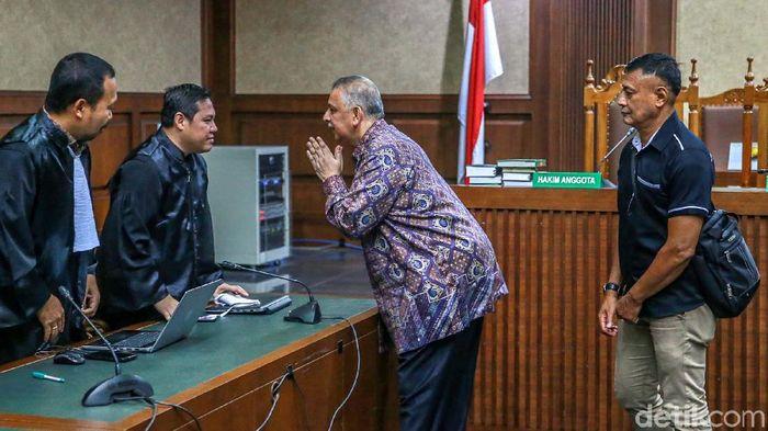 Mantan Bos PLN Sofyan Basir (memakai batik)/Foto: Ari Saputra
