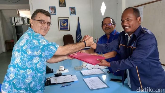 Carlos Melgares Varon, pria keturunan Spanyol, mendaftarkan diri sebagai calon Bupati Samosir. (Foto: dok Istimewa)