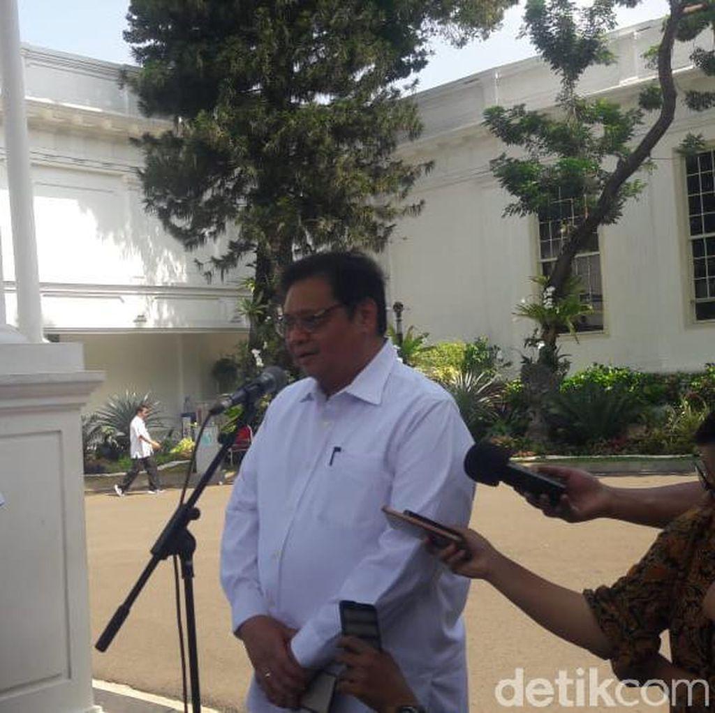 Berbaju Putih Seperti Calon Menteri Jokowi, Airlangga Bicara Perekonomian