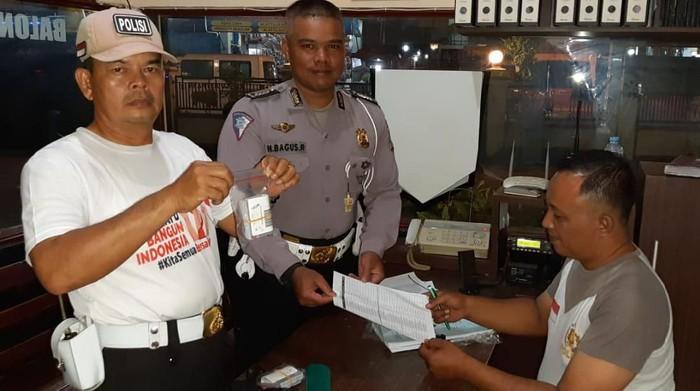 Aiptu Jailani mendistribusikan smart SIM ke Polsek Balongpanggang (Foto: Istimewa)