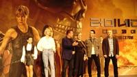 Penampilan para pemain sekaligus sutradara. Dari kiri ke kanan, Natalie Reyes, Mackenzie Davie, Arnold Schwarzenegger, Linda Hamilton, Gabriel Luna. Adapula sutradara Tim Miller. (Saras/detikcom)