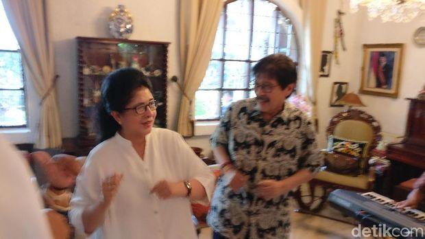 Bersama suaminya, Farid Anfasa Moeloek, yang juga mantan Menkes di era BJ Habibie.