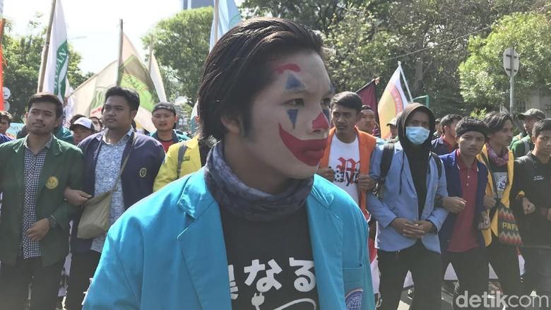 Ada Joker di Tengah Massa BEM SI yang Tertahan di Patung Kuda