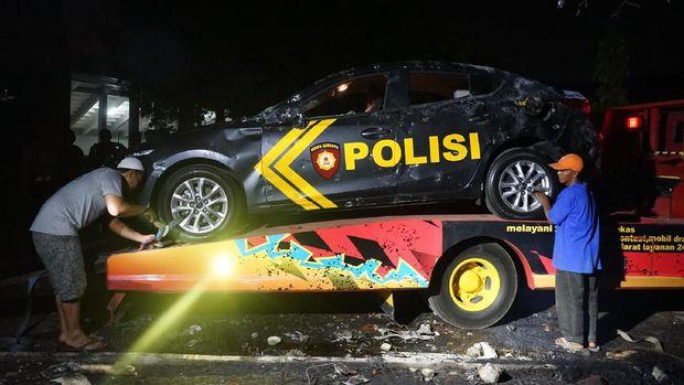 Massa rusak mobil polisi usai laga PSIM vs Persis. (