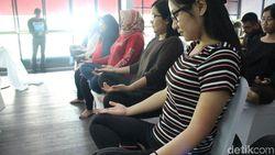 Hari Senin Bikin Stres? Tenangkan Pikiran dengan Yoga Kursi