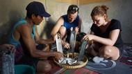 Buat Minyak, Bule-bule Parut Kelapa sampai Masak di Tungku Kayu Bakar