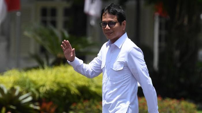 Pendiri NET TV Wishnutama melambaikan tangannya saat berjalan memasuki Kompleks Istana Kepresidenan, Jakarta, Senin (21/10/2019). Menurut rencana Presiden Joko Widodo akan memperkenalkan jajaran kabinet barunya kepada publik hari ini usai dilantik Minggu (20/10/2019) kemarin untuk masa jabatan keduanya periode tahun 2019-2024 bersama Wapres Maruf Amin. ANTARA FOTO/Wahyu Putro A/wsj.