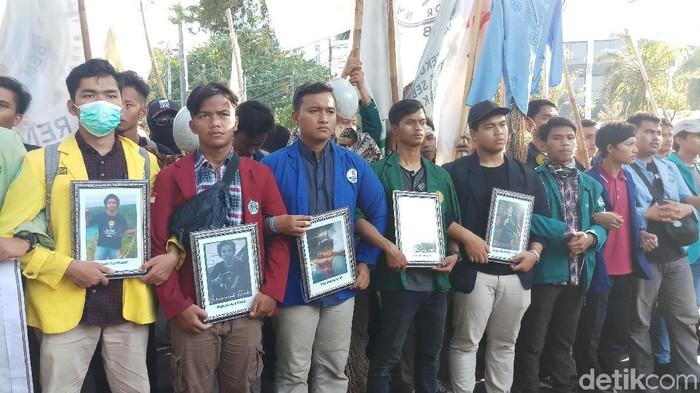 Massa BEM SI membawa lima foto korban demo ricuh yang tewas (Farih Maulana/detikcom)