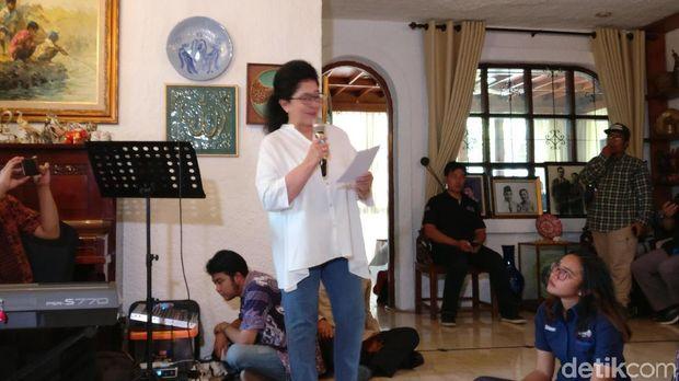 Nila F Moeloek merupakan istri Farid Anfasa Moeloek, mantan Menteri Kesehatan era BJ Habibie