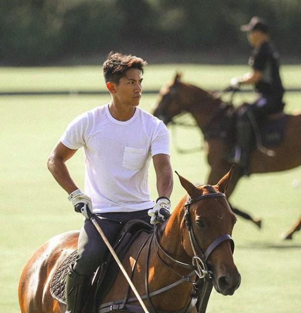Pangeran tampan ini juga suka berkuda lho! (tmsk/Instagram)