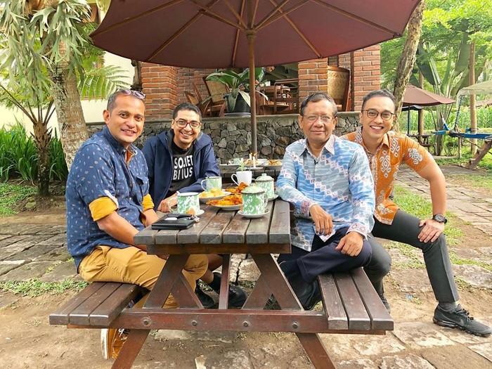 Pemanggilan para calon menteri untuk kabinet baru Jokowi begitu menarik perhatian. Tokoh pertama yang dipanggil salah satunya Mahfud MD. Pakar hukum ini punya sisi lain yang menarik perhatian. Ia adalah pencinta kopi yang selalu sempatkan cicip minuman berkafein ini. Foto: Instagram