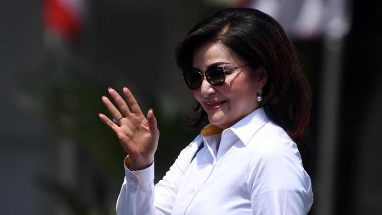 Tak Bertemu Jokowi, Bupati Tetty Paruntu Keluar Via Pintu Samping Istana