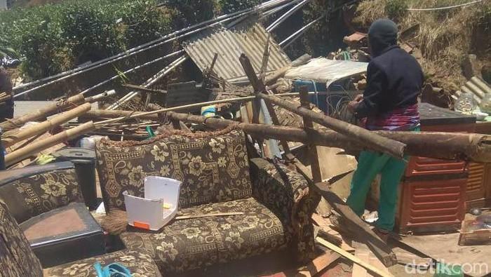 Rumah warga yang rusak akibat angin kencang di dataran tinggi Dieng. (Uje Hartono/detikcom)