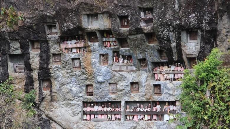 Makam di tebing batu di Desa Lemo, Toraja (dok. Istimewa)