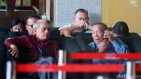 Haryadi Budi Kuncoro menunggu dipanggil penyidik di lobi gedung KPK.