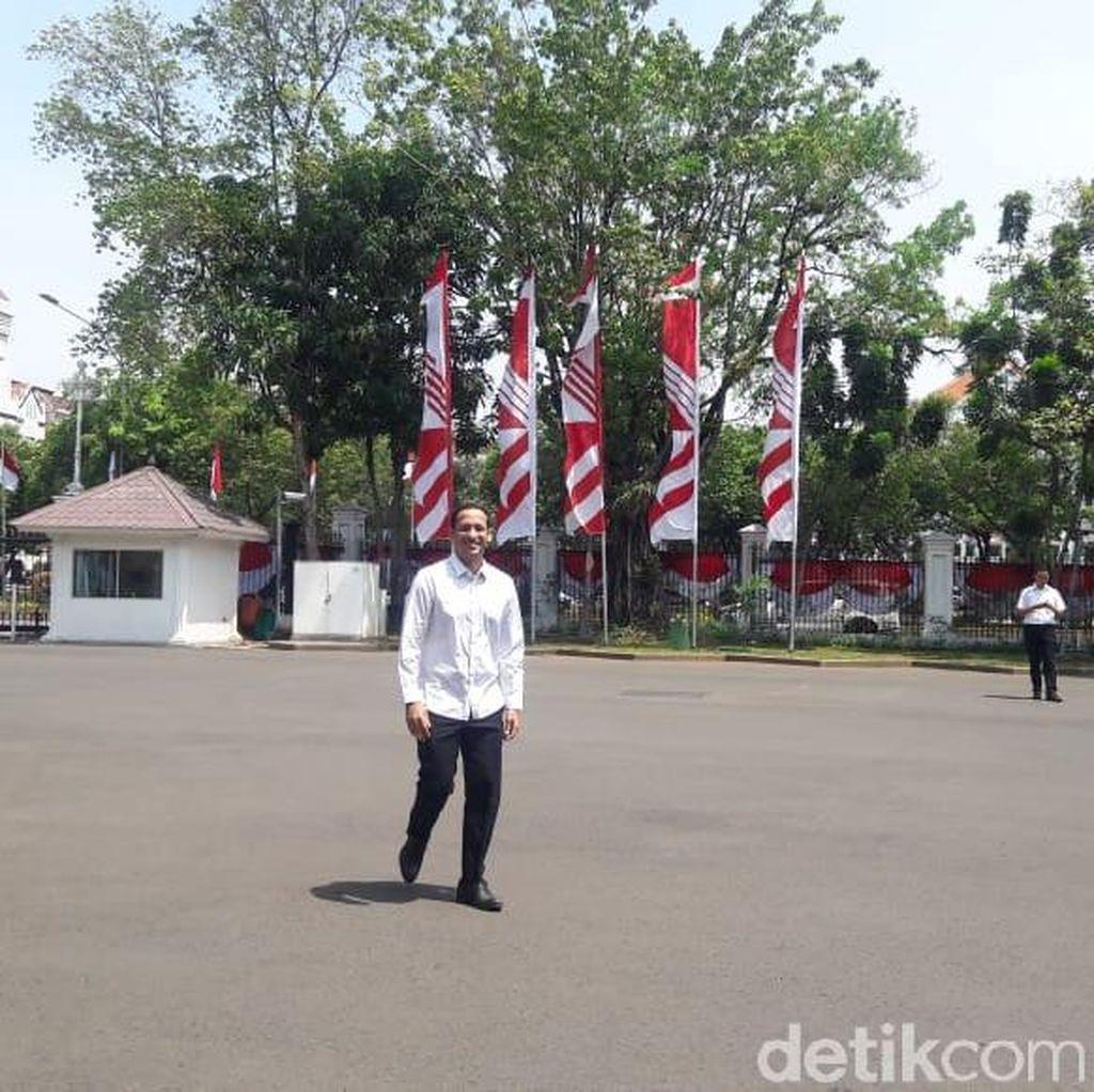 Berkemeja Putih, Nadiem Makarim Dipanggil Jokowi ke Istana