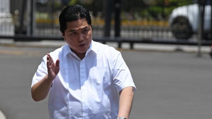 Pengusaha Erick Thohir melambaikan tangannya saat berjalan memasuki Kompleks Istana Kepresidenan, Jakarta, Senin (21/10/2019). Menurut rencana Presiden Joko Widodo akan memperkenalkan jajaran kabinet barunya kepada publik hari ini usai dilantik Minggu (20/10/2019) kemarin untuk masa jabatan keduanya periode tahun 2019-2024 bersama Wapres Maruf Amin. ANTARA FOTO/Wahyu Putro A/wsj.
