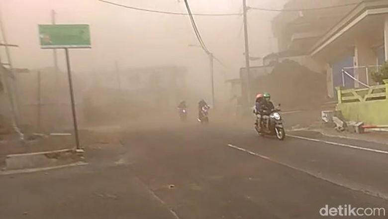 Embusan Angin Kencang, Akses Jalan Batu-Mojokerto Via Cangar Masih Ditutup