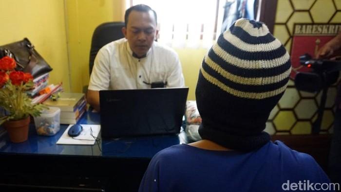 Petugas UPPA Satreskrim Polres Pekalongan memintai keterangan pelaku, Senin (21/10/2019). Foto: Robby Bernardi/detikcom