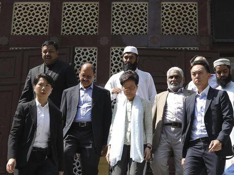 Carrie Lam saat mengunjungi Masjid Kowloon untuk meminta maaf usai polisi tak sengaja menyemprotkan meriam air ke pintu gerbang masjid saat membubarkan demonstran