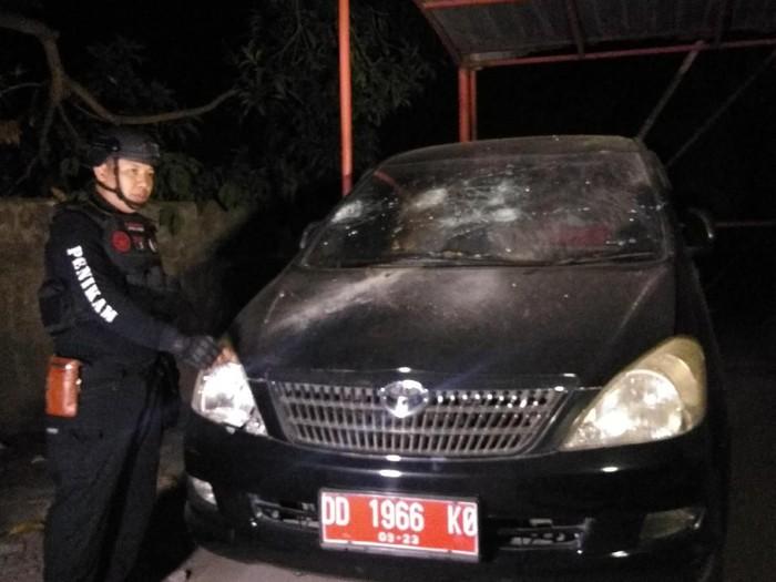 Mobil dinas rusak akibat tawuran antarmahasiswa di UNM Makassar, Senin (21/10/2019). (Foto: Dok. Istimewa)