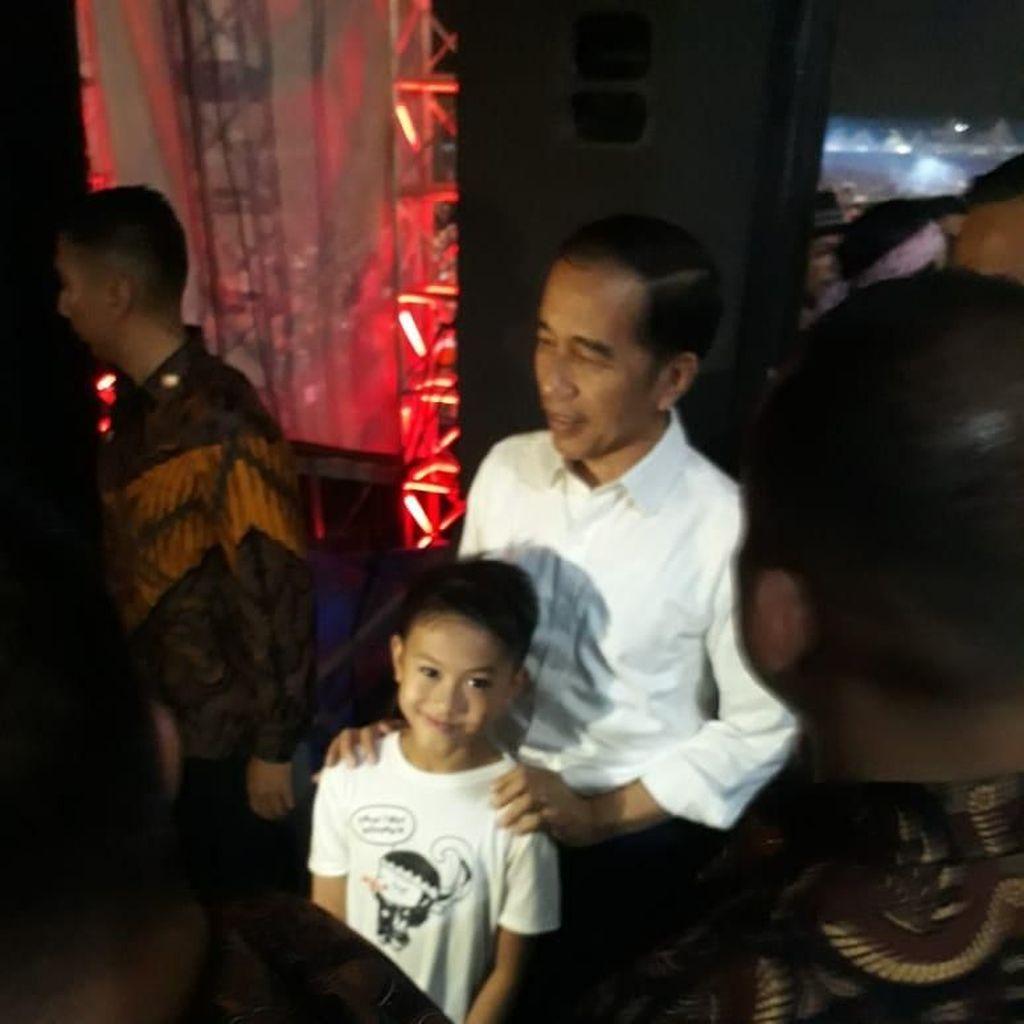 Saat Jokowi Penuhi Ajakan Foto Fans Cilik Usai Nonton Konser