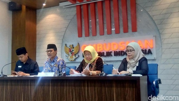 Foto: Komisioner Ombudsman, Ahmad Suaedy (berpeci, dua dari kiri) dan Dirjen Kesmas Kemenkes, Kirana Pritasari (jilbab kuning) di kantor Ombudsman. (Bil Wahid-detikcom)