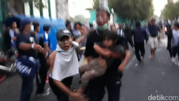 Ricuh di Mandala Krida, Banyak Penonton Pingsan Kena Gas Air Mata