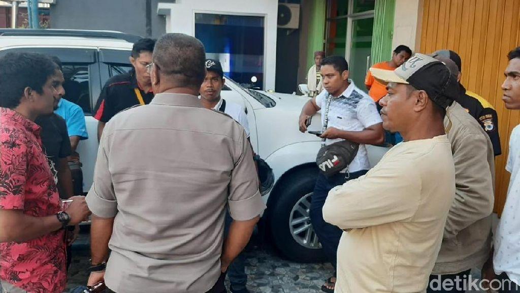 Massa Geruduk dan Ancam Bakar Kantor Harian Lokal di Ambon