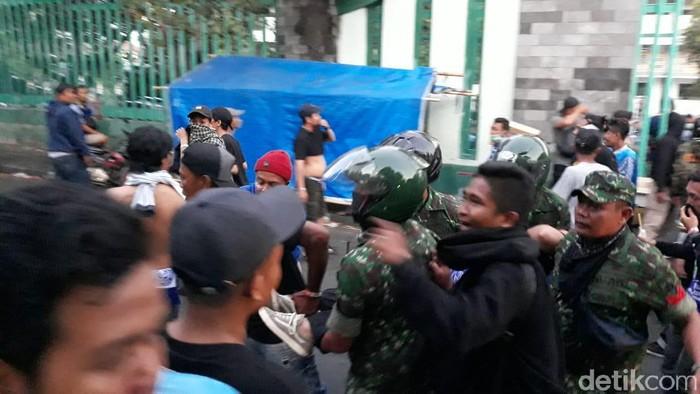 Aparat TNI membantu evakuasi penonton saat kericuhan di Stadion Mandala Krida, Senin (21/10/2019). Foto: Pradito Rida Pertana/detikcom