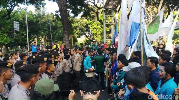 Massa yang hendak menuju Istana Negara ditahan polisi di area Patung Kuda