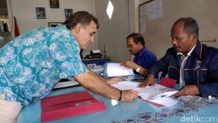 Carlos Melgares Varon, pria keturunan Spanyol, mendaftarkan diri sebagai calon Bupati Samosir. (dok ist)