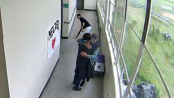 Saat Guru AS Melucuti dan Memeluk Siswa yang Bawa Shotgun ke Sekolah