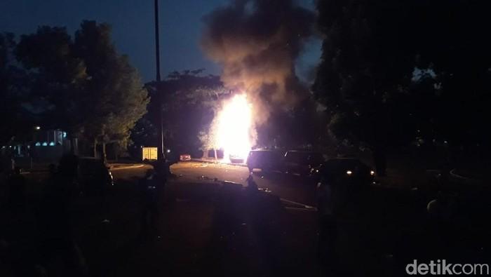 Mobil terbakar di halaman Stadion Mandala Krida, Senin (21/10/2019). Foto: Pradito Rida Pertana/detikcom