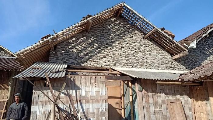 Rumah warga rusak setelah angin kencang melanda lereng Gunung Merapi, Boyolali, Senin (21/10/2019). Foto: Istimewa