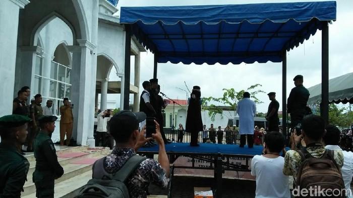Sopir di Banda Aceh dihukum cambuk. (Agus Setyadi/detikcom)