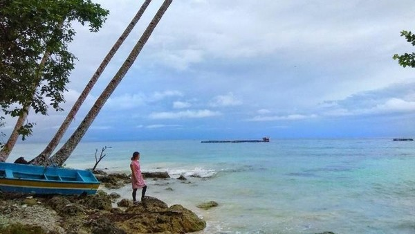 Pulau Biak terkenal akan keindahan pasir pantainya yang putih dengan butiran halus. Salah satu pantai yang ramai dikunjungi wisatawan lokal di Biak yaitu pantai Bosnik. Melati Raya Sihotang/dTraveler