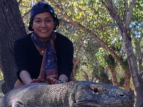 Tak hanya mampir ke Pulau Padar, ibu Sri juga sempat berfoto bareng Komodo yang jadi ikon utama Taman Nasional Komodo (@smindrawati/Instagram)
