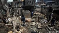 Usai api berhasil dipadamkan, warga mulai berdatangan ke rumah-rumah mereka yang telah hangus dilalap api untuk mengumpulkan berbagai benda berharga yang masih dapat diselamatkan, Selasa (22/10/2019).