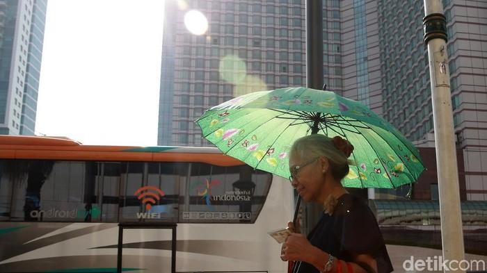 Suhu panas dan terik di Jakarta terhitung tembus 35 derajat celcius. Hal itu disebabkan posisi matahari dan minimnya awan.