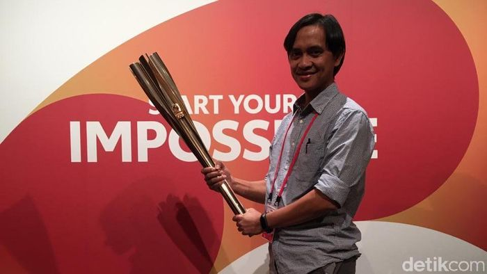 Dadan Kuswaraharja dari detikSport mendapatkan kesempatan untuk memegang obor Olimpiade 2020 Tokyo. (dok. detikSport)